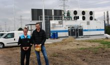 Simon Brinkmann und Tim Brandt (v.l.) vor dem Neubau der Elektrolyse-Anlage im Covestro Industriepark Brunsbüttel. (Bild: Covestro)
