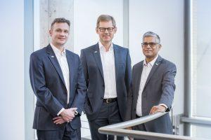 Legten den Jahresabschluss 2017 vor (v. l. n. r.) : der neue CFO Tobias Hoche, Geschäftsführender Gesellschafter Steffen Philipp gemeinsam und CEO Sankar Ramakrishnan. (Bild: Hima)