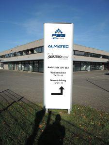 Ein Schild am Almatec-Hauptsitz weist die neue Adresse in Dusiburg aus. (Bild: Almatec)