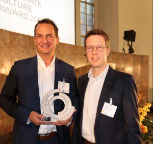 Dr. Jens Joschek (l.) und Dr. Lorenz Kramer, beide Mitglieder des Innovationsteams von Covestro, freuten sich über die Auszeichnung. (Bild: Covestro)