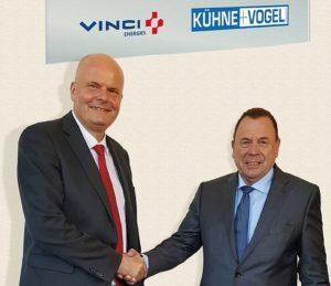 Haben sich geeinigt: Frank Westphal (l.), Geschäftsführer Vinci Energies Deutschland, und Reinhold Kühne, Gründer und Geschäftsführer von Kühne+Vogel. (Bild: Vinci Energies)