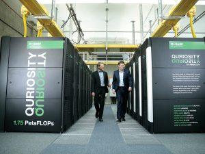 Der Supercomputer Quriosity soll der BASF verstärkt in der Forschung und bei der Digitalisierung helfen. Im Bild Dr. Stephan Schenk (links) und Marcel Michael bei der Inbetriebname des Computers in Ludwigshafen. (Bild: BASF)