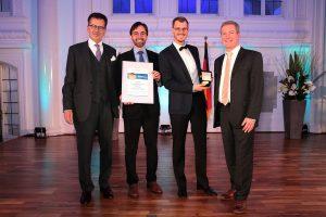 Im Bild: Die Start-up-Geschäftsführer Paolo Piermartini und Tim Böltken sowie Peter Pfeifer vom KIT und Juror Hans-Jörg Vetter. (Bild: KIT) Aufsichtsratschef von Herrenknecht