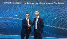 Staffelübergabe: Bernd Leukert (SAP) übergibt die Leitung des Lenkungskreises der Plattform Industrie 4.0 an Dr. Frank Melzer. (Bild: Janina Henning/Plattform Industrie 4.0)