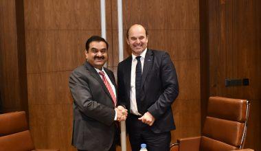 Dr. Martin Brudermüller, Vorsitzender des Vorstands der BASF (rechts), und Gautam Adani, Chairman der Adani-Gruppe, haben eine Absichtserklärung zur Prüfung einer gemeinsamen Investition im Bereich der Acryl-Wertschöpfungskette in Mundra/Indien unterzeichnet. (Bild. BASF)