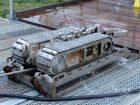 Der Reinigungsroboter arbeitet mit magnetischen Antirebsketten und haftet dadurch an der Tankwand. Bild: Lobbe