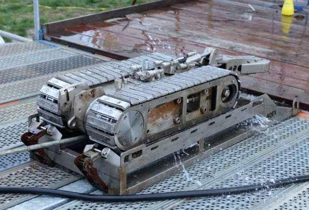 Der Reinigungsroboter arbeitet mit magnetischen Antirebsketten und haftet dadurch an der Tankwand