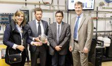 Sie freuen sich über die neue Forschungsanlage zur Kälteerzeugung mittels der Abwärme von Druckluftkompressoren (v.l.n.r.): Tina-Maria Vlantoussi-Kaeser, Prof. Michael Steber, Prof. Philipp Epple und Matthias Hoene. (Bildquelle: FH Coburg)