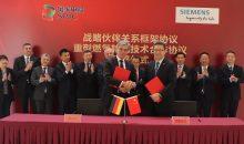 Unterzeichnung des strategischen Partnerschaftsabkommens durch Qian Zhimin, Chairman der SPIC, und Joe Kaeser, Vorstandsvorsitzender von Siemens, am 26. März 2019 in Peking. (Bild: Siemens)