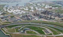 Blick auf die BP-Raffinerie am Hafen von Rotterdam. Dort könnte die bislang größte Wasserelektrolyse-Anlage ihrer Art gebaut werden. (Bild: BP)