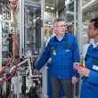 Bei der BASF Tochtergesellschaft HTE in Heidelberg wurden Teilaspekte des neuen CO2-emissionsfreien Methanol-Verfahrens in einer Pilotanlage getestet. Projektleiter Dr. Maximilian Vicari und hte-Experte Dr. Nakul Thakar sind froh über die gelösten Herausforderungen, zum Beispiel beim Aktivieren des Katalysators und beim Betrieb der Anlage. (Bild: BASF)