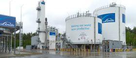 Auf dem 34.000 Quadratmeter großen Areal der Luftzerlegungsanlage wird neben Flüssigsauerstoff und Flüssigstickstoff auch Trockeneis produziert.(Bild: Linde)