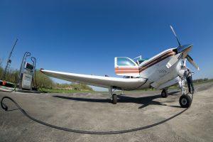 Motorflugzeug beim Tanken