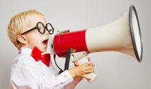 Motivation wird durch ein Megafon von einem Kind mit Brille gerufen