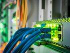 Bot-Netze und Internet: DDoS-Angriffe  Angreifer können IoT-Komponenten für den Aufbau von Bot-Netzen nutzen. Daraus lassen sich DDoS-Angriffe auf die Kommunikation zwischen Komponenten des Steuerungssystems orchestrieren.  Bild: Klimow,имов Максим - AdobeStock