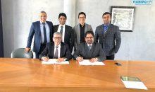 Vertreter von Nuberg und SCE Chemicals beim Unterzeichnen des Vertrags. (Bild: Nuberg)