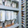 Plug & Play: vorinstallierter Leitsystemschrank im belgischen Werk des Chemiekonzerns Trinseo mit VIP-Übergabemodulen und aufgelegten Systemkabeln. Bild: Phoenix Contact