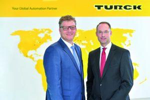 Christian Pauli (l.) und Christian Wolf (r.), Geschäftsführer der Turck-Holding, wollen in Europa, Asien und Amerika optimale Strukturen für Produktion, Logistik und Vertrieb schaffen, um die lokalen Kundenbedürfnisse abzudecken. (Bild: Turck)