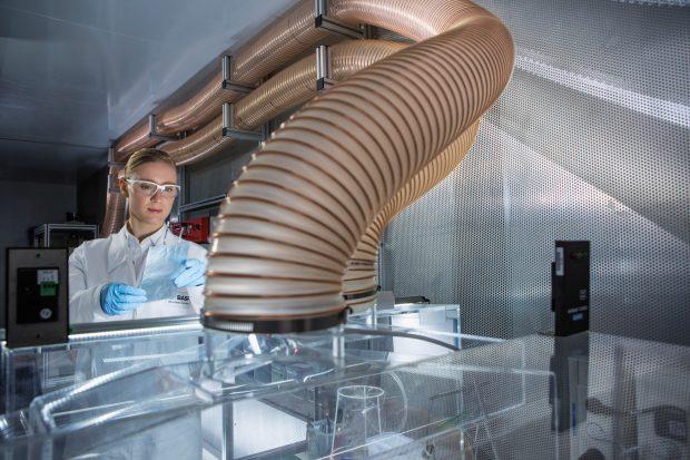 Das Projekt ReLieVe will das effiziente REcycling von Lithium-Ionen-Batterien von Elektroautos ermöglichen. BASF steuert seine Expertise als Hersteller von Kathodenmaterialien bei. (Bild: BASF)