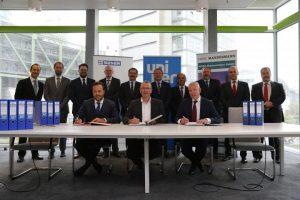 Die drei beteiligten Unternehmen haben den Vertrag am 26. September in Düsseldorf unterzeichnet. (Bild: Sener)