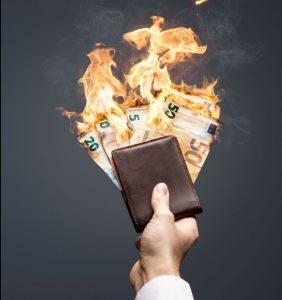 Euro Geldscheine verbrennen in einem Portemonnaie