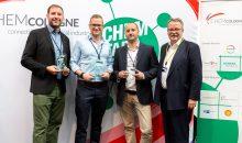 Bastian Baumgart (2. Platz), Kristians Grundstoks (1. Platz), Pablo Outón (3. Platz) und Clemens Mittelviefhaus (Vorstandsvorsitzender Chemcologne). (Bild: Chemcologne)