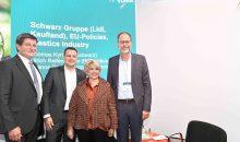 Auf der Kunststoffmesse K forderte der Vorstandsvorsitzende des Kunststoffmaschinenverbands im VDMA, Ulrich Reifenhäuser, die Politik zu strengeren Vorgaben und Regulierungen auf. In der Mitte: Dr. Joanna Drake vom EU-Umweltkommissariat. Bild: VDMA