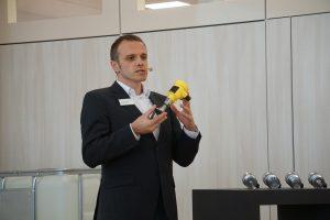Florian Burgert, Produktmanager von Vega, erklärt die Unterschiede zwischen den neuen Drucksensoren für Hygieneanwendungen und den individuell konfigurierbaren Plics-Sensoren der Cerabar-Reihe. Bild: Redaktion