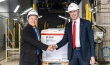 Im Rahmen der Eröffnungsfeier erhielt Daniel Wang (li.), Procurement Manager des Polymer-Herstellers Borouge, von Hermann Althoff die erste Palette Antioxidantien. (Bild: BASF)