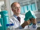 Ein Team um Forscher Dr. Christoph Gürtler hat den richtigen Katalysator entdeckt, um CO2 zur Kunststoffproduktion zu nutzen. Weichschaum für Matratzen ist die erste Anwendung.  Bild: Covestro