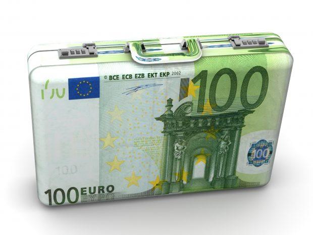 Entgelterhöhungen erfolgen in mehreren Stufen: Die Löhne und Gehälter steigen zum 1. Juli 2020 um 1,5 Prozent für zwölf Monate und um 1,3 Prozent zum 1. Juli 2021 für weitere neun Monate. Den Zeitraum bis Juli 2020 decken Einmalzahlungen ab. Von 2021 an steigt zudem die tarifliche Jahresleistung von derzeit 95 auf 100 Prozent eines Monatsgehalts. (Bild: Maksym Yemelyanov – Fotolia)