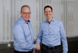 Christian Kretzu und Christian Wernicke, Vorstands-Duo von Engelsmann, beim Händedruck. (Bild: Engelsmann)