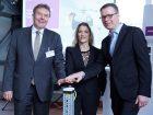Einweihung der neuen Produktionsanlage in Geeshacht. (V.l.n.r): Olaf Schulze, Bürgermeister der Stadt Geesthacht, Lauren Kjeldsen (Evonik), Mathias Jammer (Evonik). (Bild: Evonik)