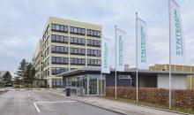 Vor der Zentrale des Unternehmens in Waiblingen wehen schon die neuen Fahnen. (Bild: Syntegon)