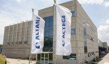 Unternehmensflaggen von Altana und Actega vor dem neuen brasilianischen Standort in Araçarigua