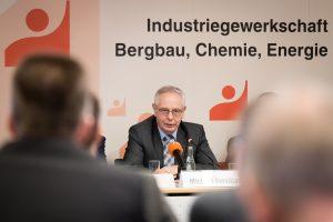Der Gewerkschaftsvorsitzende Michael Vassiliadis auf der Jahrespressekonferenz in Hannover. (Bild: IG BCE)