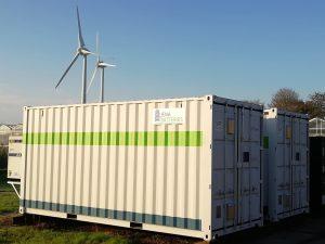 Redox-Flow-Batterie von Jenabatteries, die in einem Container untergebracht ist.