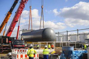 Mit dem Tankbehälter wurde das letzte Schwerbauteil für die neue Hydrieranlage am Standort Speyer installiert. (Bild: HCS Group)