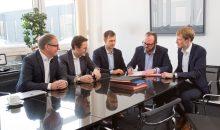 Bereits 2018 besiegelten die beiden Unternehmen ihre Partnerschaft in der Temperiertechnik. (Bild: Lauda)