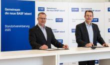 Betriebsratsvorsitzender Sinischa Horvat und Standortleiter Michael Heinz haben sich auf eine neue Standortvereinbarung geeinigt. (Bild: BASF)