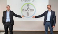 Dr. Holger Weintritt hat seinen Nachfolger Dr. Timo Fleßner offiziell als Standortleiter in Wuppertal begrüßt. (Bild: Bayer)