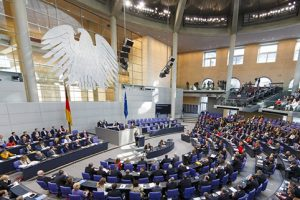 Die Chemieindustrie könnte von stärkerer Kontrolle durch die Politik betroffen sein. (Bild: Deutscher Bundestag/Thomas Trutschel/photothek.net)