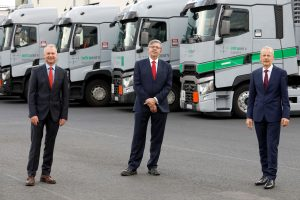Thomas Schmidt (Mitte) übernimmt die Geschäftsführung der Infraserv Griesheim GmbH von Dr. Andreas Brockmeyer (rechts), der künftig mit Dr. Klaus Alberti die Geschäftsführung der Infraserv Logistics GmbH bildet. Bild: Infraserv Logistics