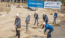 Der erste Spatenstich ist gesetzt: Mit dem symbolischen Akt erfolgte am 3. Juni der Baubeginn des neuen Lehrtechnikums in Gendorf. (Bild: Infraserv Gendorf)