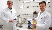 Mithilfe eines Wasser-Elektrolyseurs ist es Wissenschaftlern der gelungen, Itaconsäure (weißes Pulver) aus Fermentationslösung (gelbe Flüssigkeit) elektrochemisch aufzureinigen. (Bild: AVT)