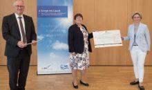 Wirtschaftsministerin Dr. Nicole Hoffmeister-Kraut übergab den Förderbescheid über 870.000 Euro. (Bild: ZSW)
