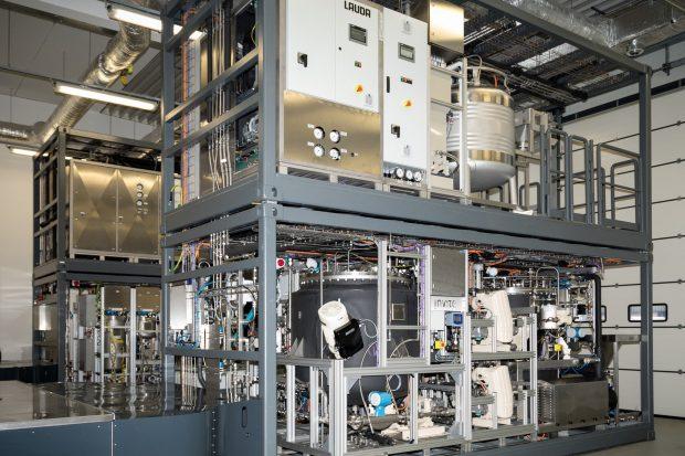 Modulare Anlage zur ressourceneffizienten Herstellung von Lederchemikalien. Gerbereien können damit Falzspäne aus der Lederherstellung direkt vor Ort wiederverwerten und daraus vollautomatisch Nachgerbstoffe der Marke X-Biomer produzieren.