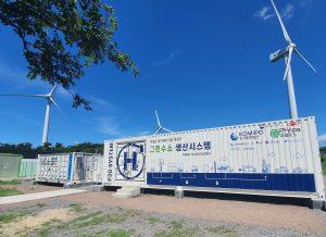 Die von BASF-gelieferten NAS-Batterien, hier im Einsatz an der Sangmyung Wind Farm (21 MW) auf der südkoreanischen Insel Jeju, sollen als Zwischenspeicher in der Produktion von Wasserstoff in Power-to-Gas-Projekten dienen. (Bild: BASF)